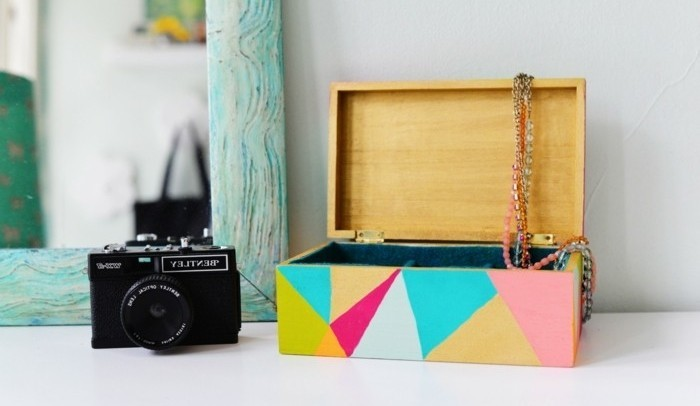 caja de joyas de madera con bonita decoración geométrica en colores, regalos originales pareja en imagines