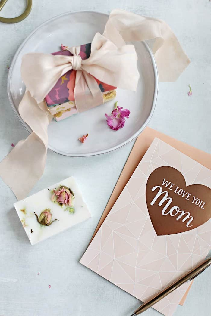 pequeños detalles para regalar para el día de la madre, regalos fáciles de hacer en casa, jabones caseros con pétalos de rosas secas