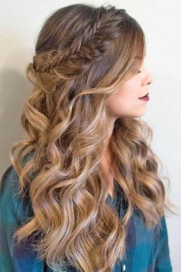 semirecogido cabello largo ondulado con bonita trenza, ideas de peinados faciles pelo largo