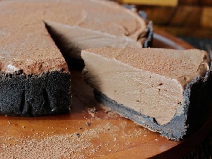 tarta esponjosa con corteza de galletas de chocolate negro, postres rapidos y fáciles con recetas