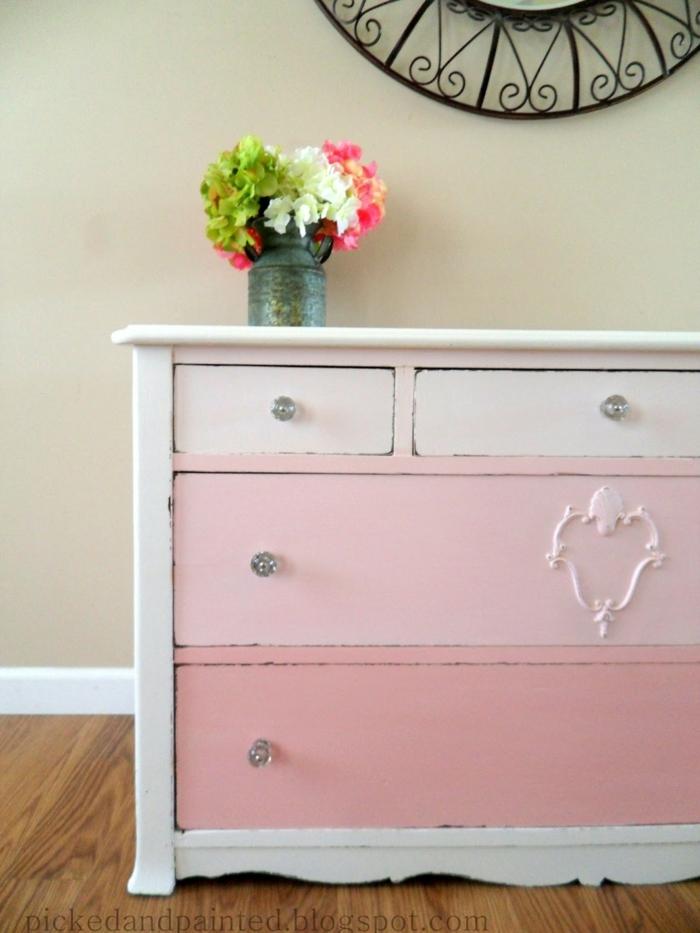 pintar armario en colores claros, bonito cofre pintado en blanco y rosado en estilo vintage