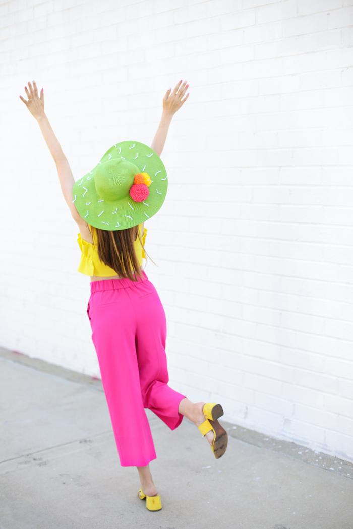ideas para regalar a una amiga, sombrero de paja colorido decorado con pompones hechos a mano