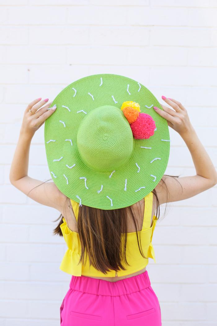 originales ideas para regalar a una amiga, sombrero de paja en color azul decorado con pompones