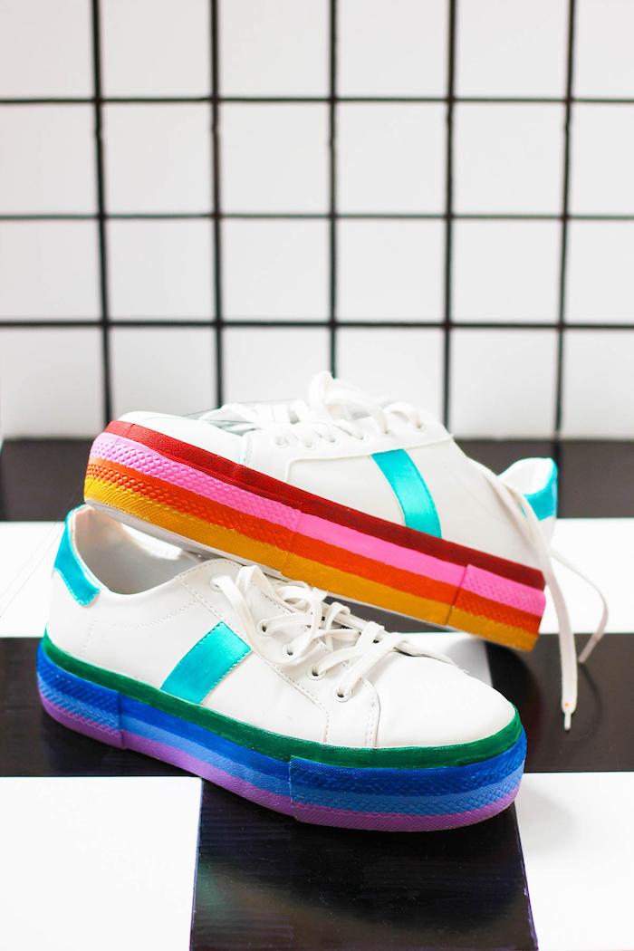 bonitas ideas para regalar a una amiga, zapatillas decoradas en los colores del arco iris