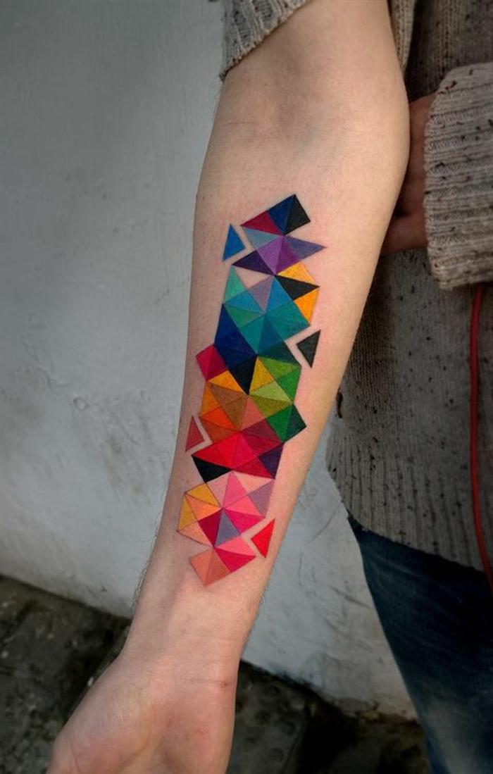 las mejores ideas de tatuajes geometricos coloridos, tatuajes de truangulos bonitos en fotos