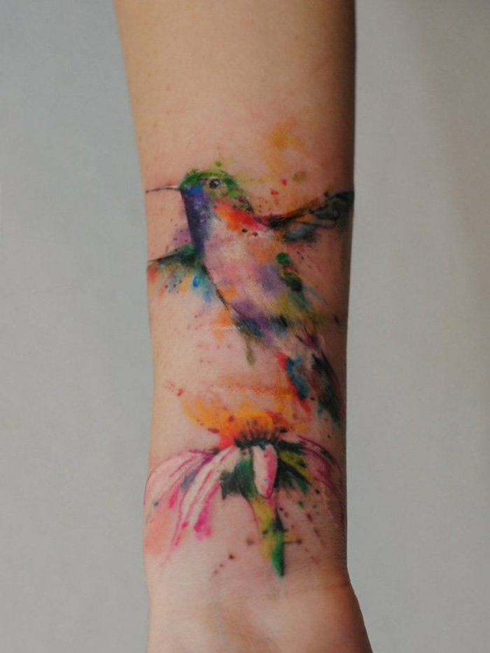 diseños de tatuajes tumblr coloridos, precioso tatuaje antebrazo con ave y flor coloridos