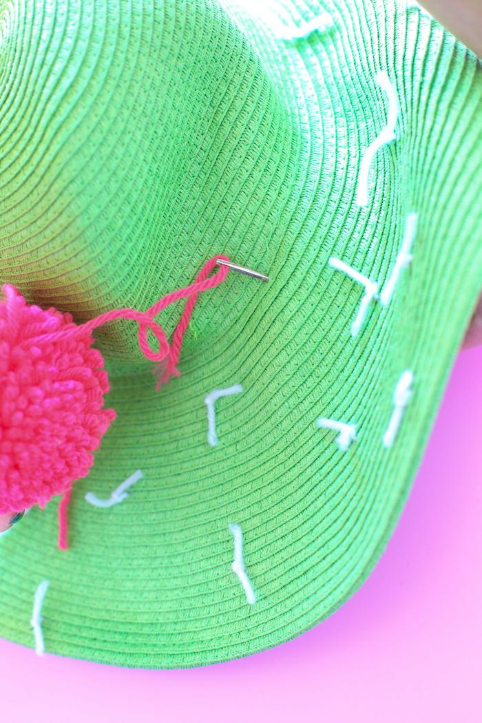 propuestas originales de regalos DIY, ideas para regalar a una amiga, sombrero de paja DIY