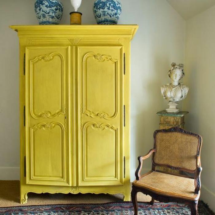 decoración salón en estilo vintage con muebles de época, grande armario decorado en amarillo limón