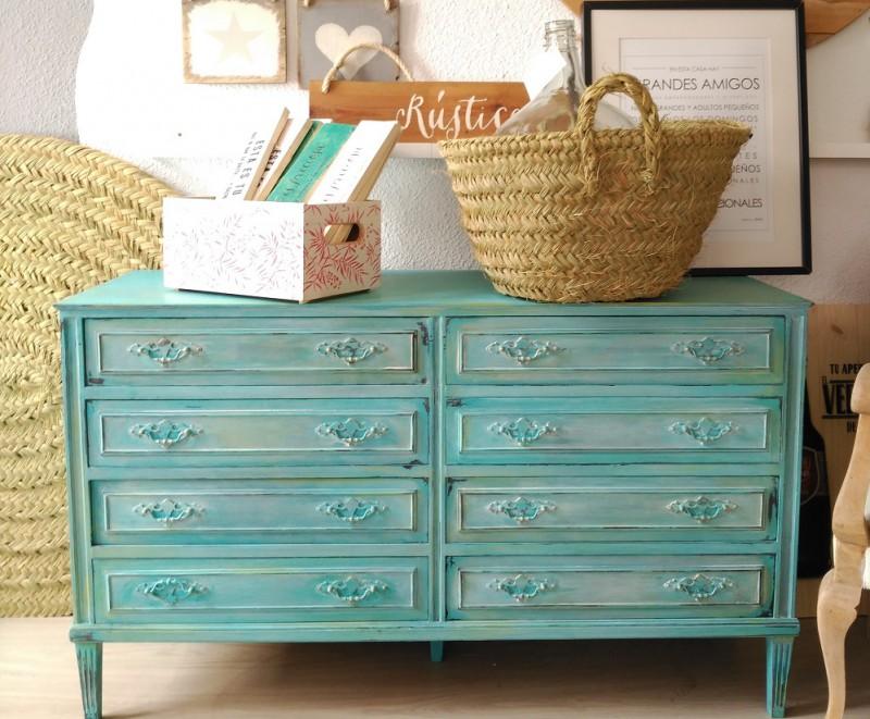 preciosas ideas sobre como pintar un mueble de madera de otro color, cofre grande pintado en color azul claro con efecto desgastado