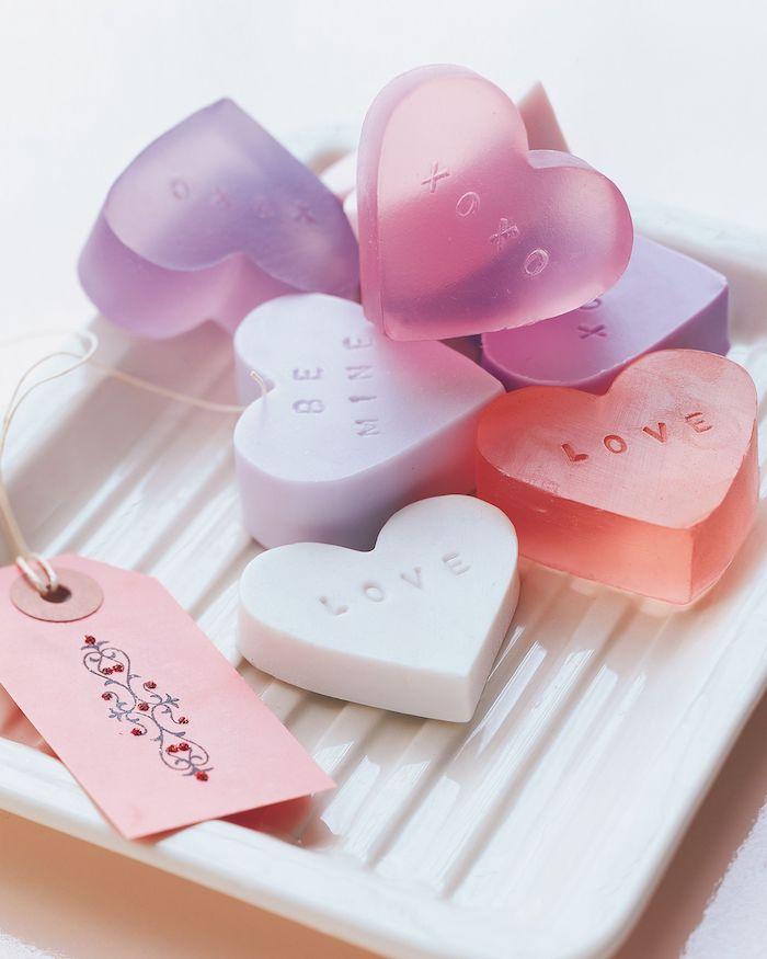 regalos originales para mujeres para hacer en casa, pequeños jabones hechos a mano en forma de corazón