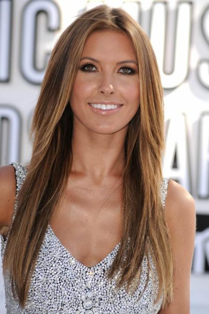 cabello largo corte de pelo degradado, melena alisada con reflejos en el pelo color rubio