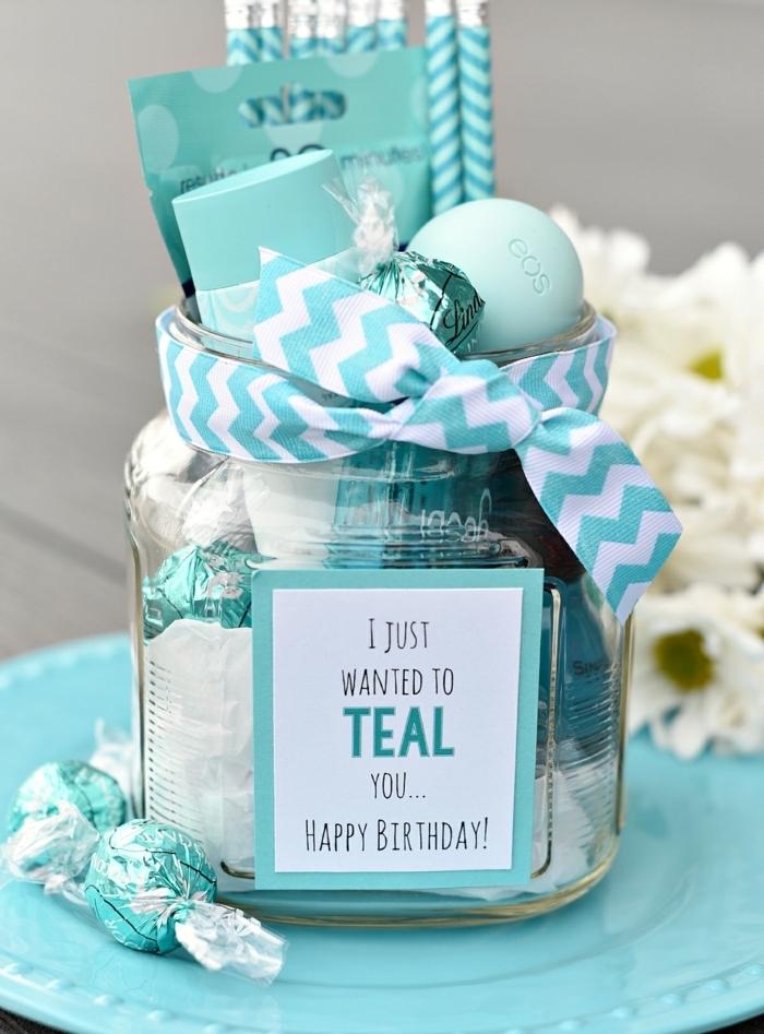 frasco lleno de pequeños detalles en color azul, regalos originales para mujeres en imagines