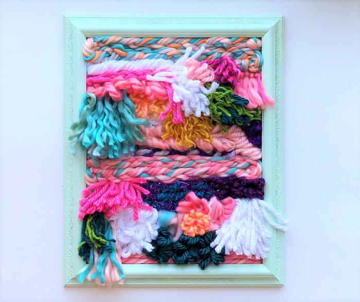 preciosos regalos para tu abuela, cuadro decorativo DIY con hilos de lana en colores vibrantes, decoracion pared