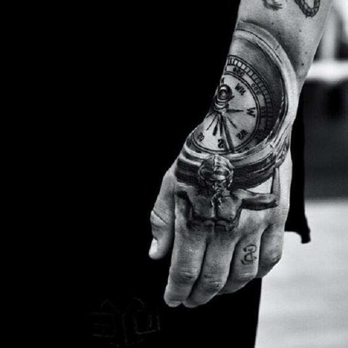 grande tatuaje negro en la mano y en el antebrazo, diseños de tatuajes con fuerte significado