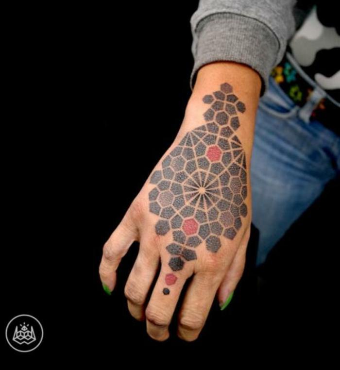 tatuajes bonitos y originales en la mano, diseños geométricos super originales, tattoo mano mujer