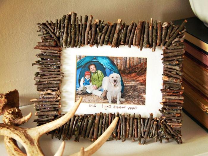 cómo hacer regalos DIY paso a paso, ideas de regalos hechos a mano, marco personalizado con palos de madera