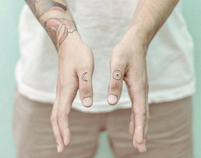 diseños de tatuajes pequeños hombre en la mano, pequeños detalles tatuados en las manos