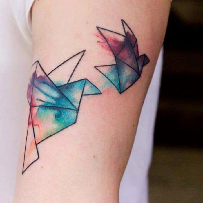 estilos de tatuajes únicos en preciosas imagines, dos aviones de papel en colores acuarela