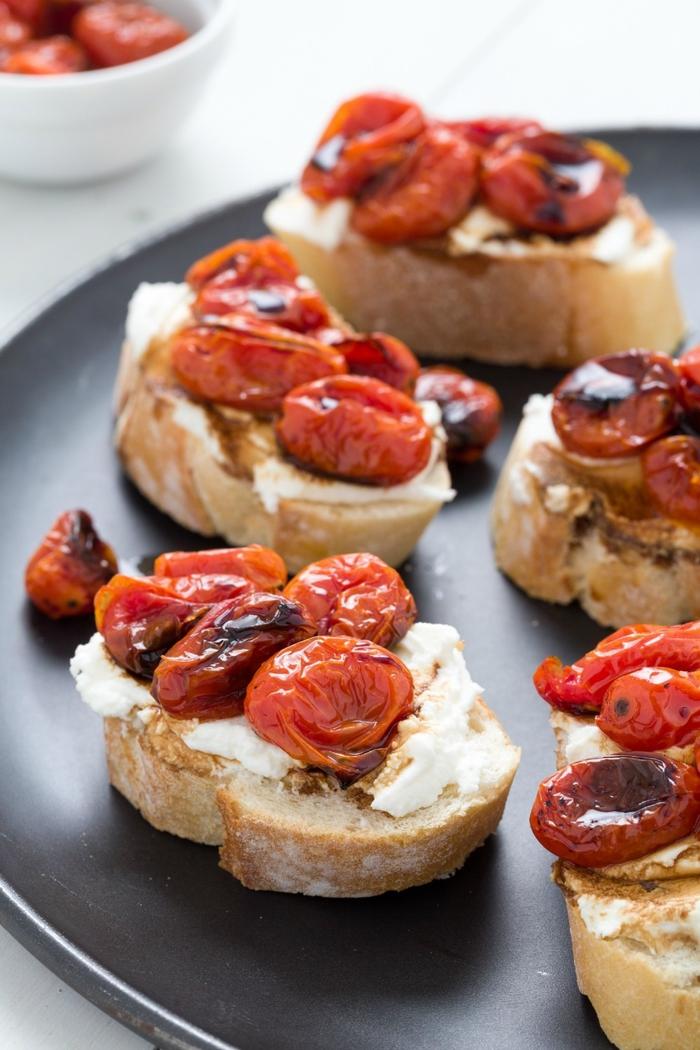 tostadas con crema de queso y tomates uva al horno, aperitivos vegetarianos ricos y originales