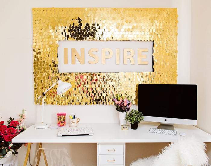 preciosa pared decorada con lentejuelas en dorado, propuestas únicas de decoración de oficinas