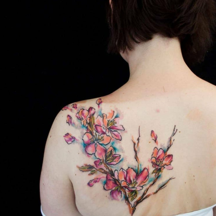 tatuajes en la espalda coloridos, tatuajes de flores en color naranja y rosado, tatuajes tumblr