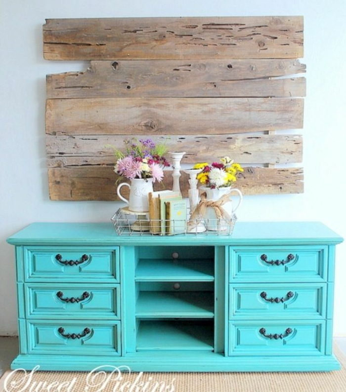 muebles en colores vibrantes, decoración salón en estilo vintage, pintar muebles de madera sin lijar