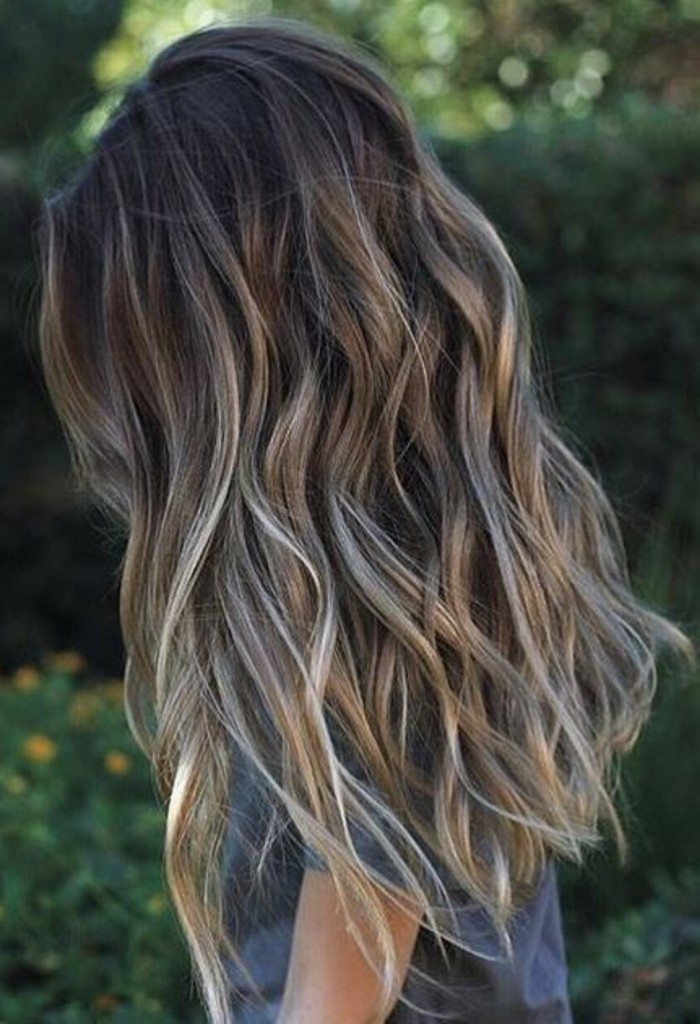 bonitas ideas de pelo negro con mechas, melena larga ondulada con reflejos rubios en el cabello
