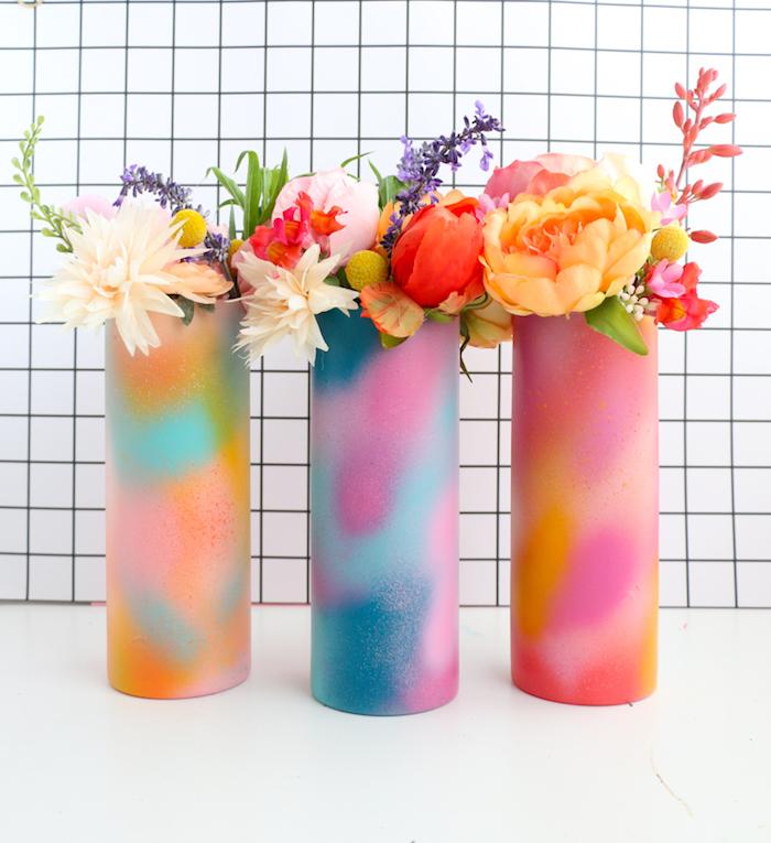 preciosos floreros en colores vibrantes para regalar, ideas de floreros pintados en colores bonitos, regalos para decorar la casa