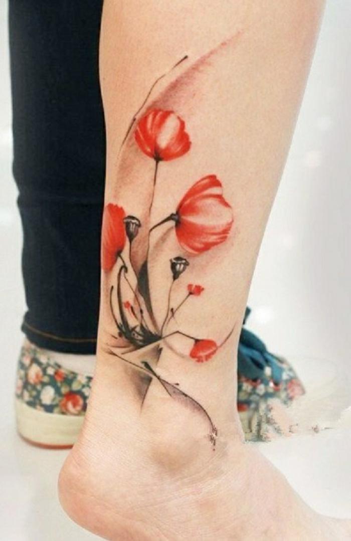 preciosos diseños de tatuajes japoneses, tattoo acuarela en la pierna, tatuajes con flores color rojo