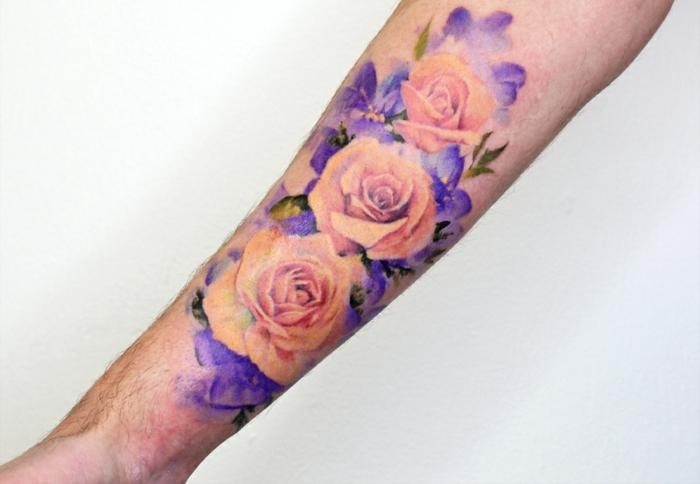 diseños de tatuajes bonitos con flores para hombres y mujeres, tattoo en color rosado y lila en el antebrazo