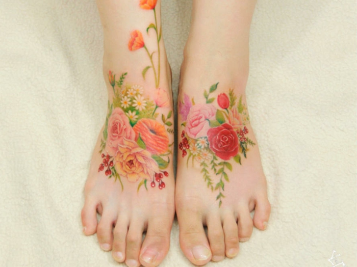 tattoos en los pies únicos, tatuajes bonitos con flores, diseños de tatoos coloridos mujer