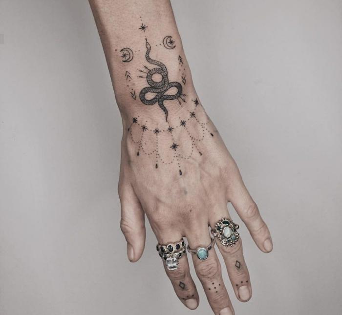 bonitos diseños de tatuajes para mujeres, tatuaje serpiente en la mano, tatuajes antebrazo mujer