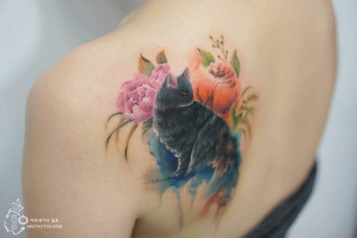 tatuajes de animales y flores, tatuaje con flores y gato, diseños de tatuajes bonitos y únicos