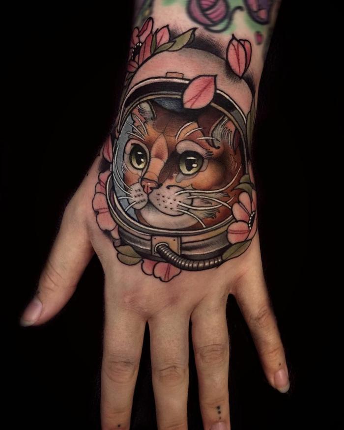 preciosos diseños de tatuajes en la mano, tatuaje mujer colorido, bonitos tatuajes en la mano