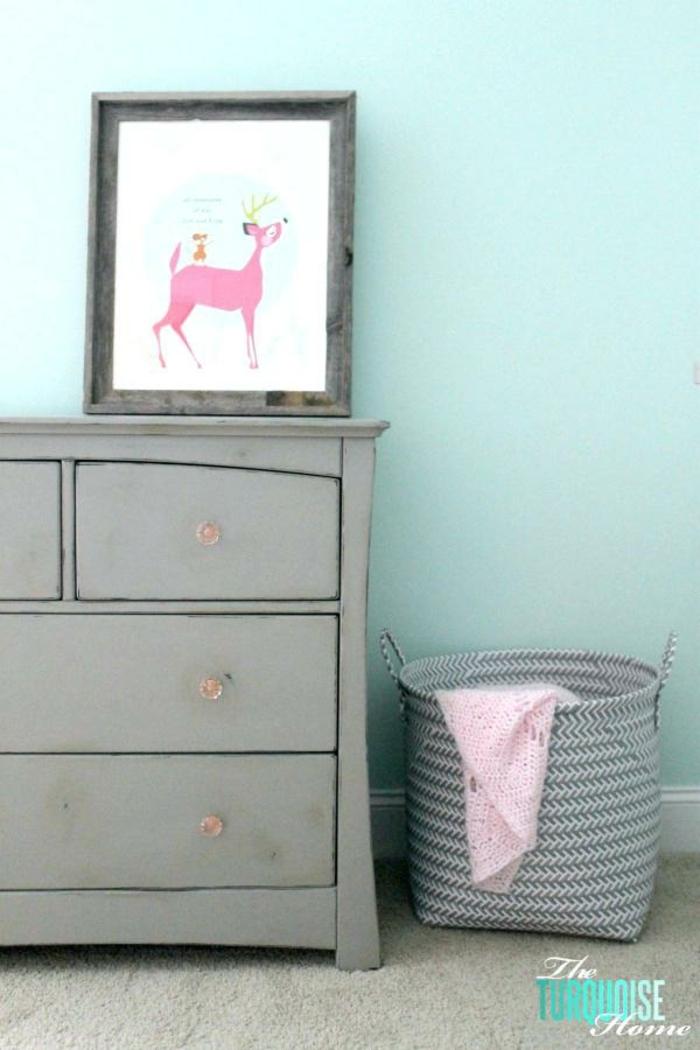 decoración salón en colores pastel, muebles pintados con chalk paint bonitos, combinación gris verde menta