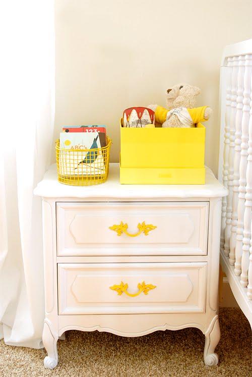 bonitas ideas de muebles viejos pintados en colores, armario pintado en color blanco con detalles en azul amarillo