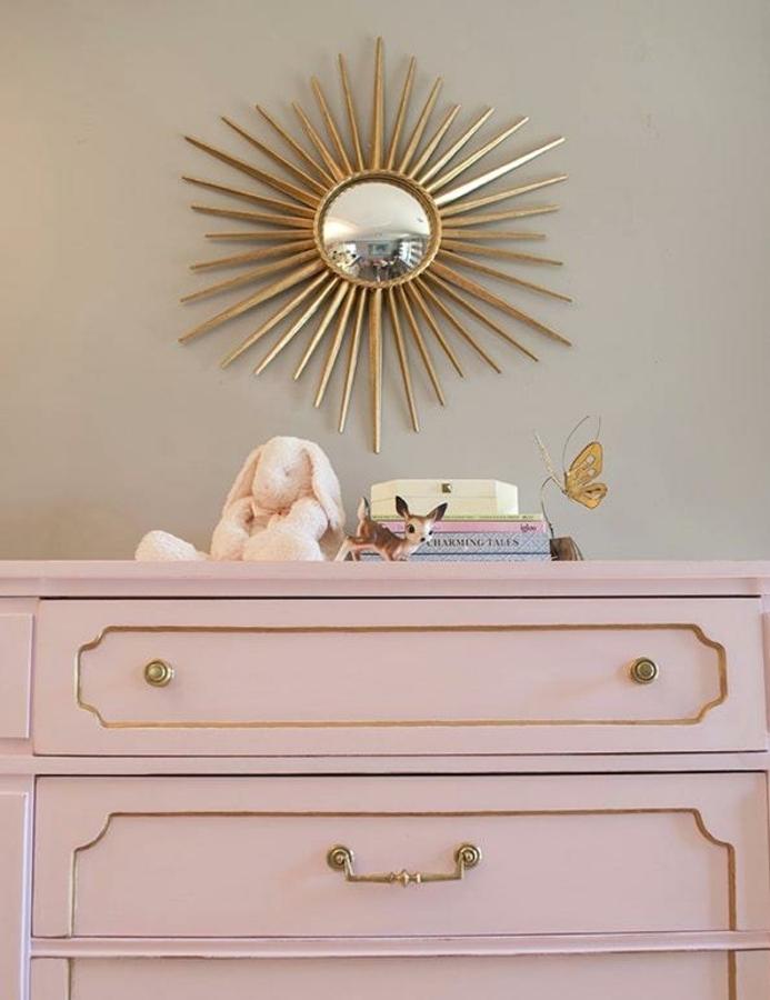 cofre pintado en color rosado, ideas de muebles pintados en estilo vintage, decoración salón