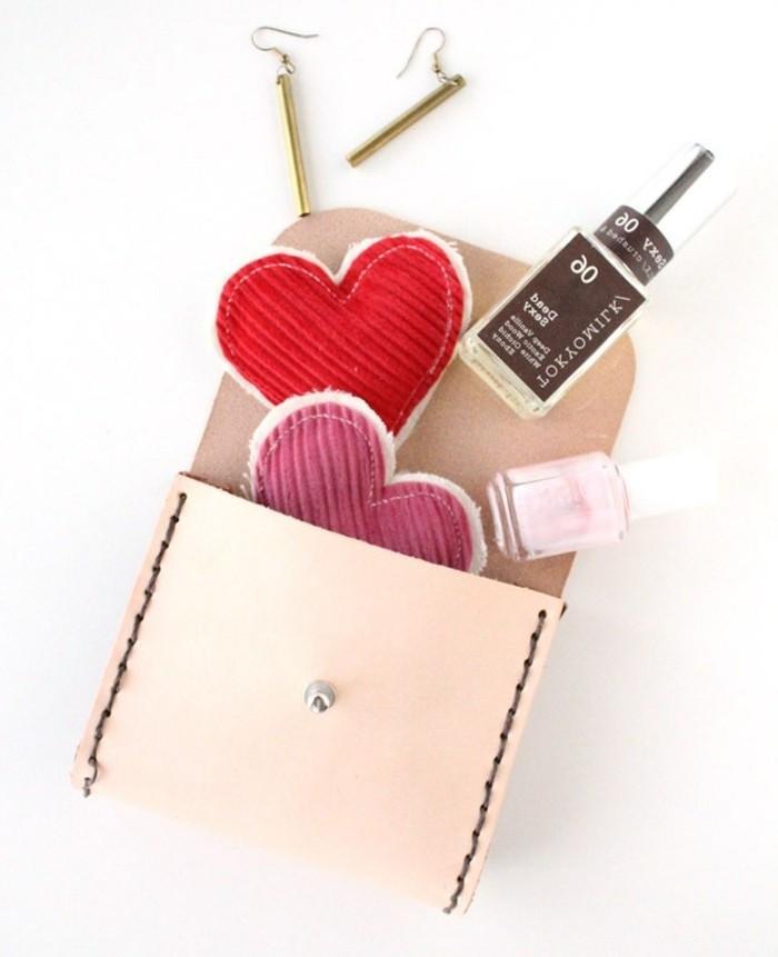 pequeño bolso de cuero hecho a mano para regalar a tu madre, ideas de regalos amigo invisible manual, detalles para regalar