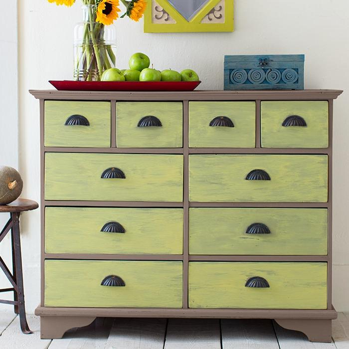 decoración fresca para la primavera, proyectos de bricolaje bonitos, muebles pintados con chalk paint