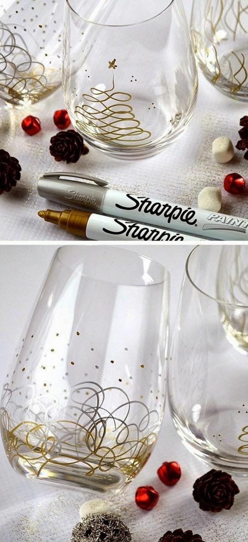 tazas de cristal decoradas de preciosa manera con marcadores, ideas para regalar en navidad