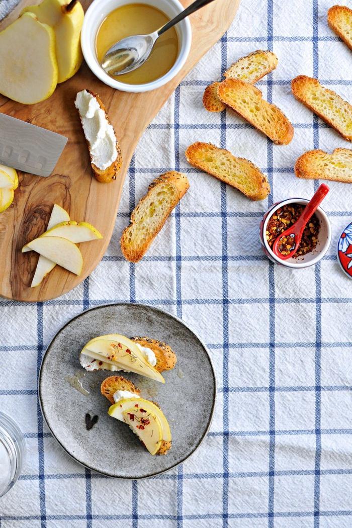tostadas con crema de queso y peras, ricas ideas de aperitivos veganos fáciles de hacer