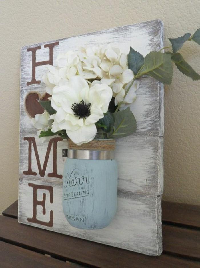 panel de madera pintado en blanco con efecto desgastado y flores artificiales, decoración casera en fotos