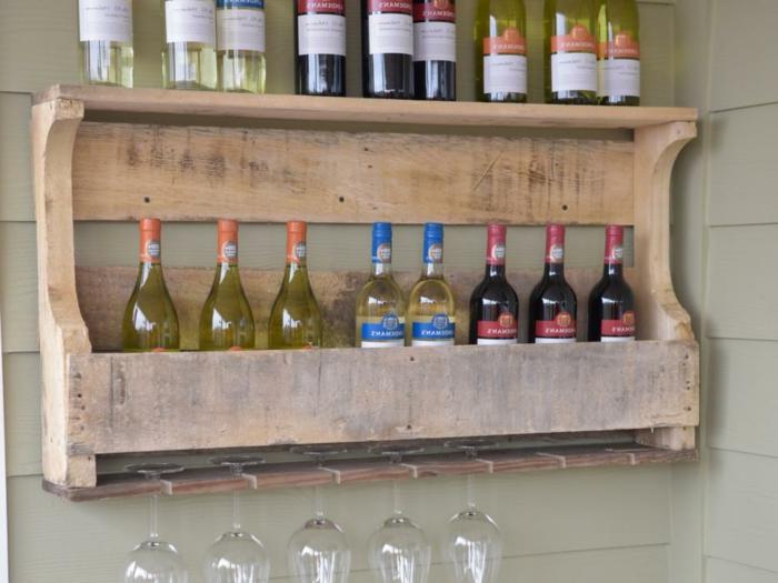 qué regalar a una persona que ama el vino, ideas de regalos especiales para tus personas queridas, estantería de madera para guardar las botellas de vino