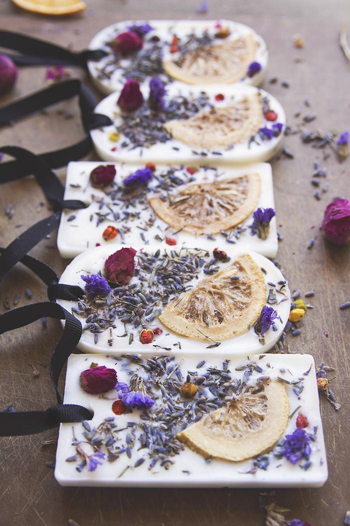 fantásticas ideas de regalos para mujeres personalizados, pasos para hacer jabones caseros con hierbas y frutas secas
