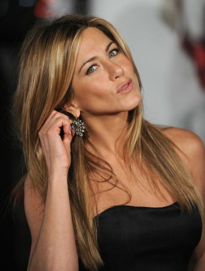 Jennifer Aniston luciendo una melena con mechas balayage color claro, color de pelo para morenas