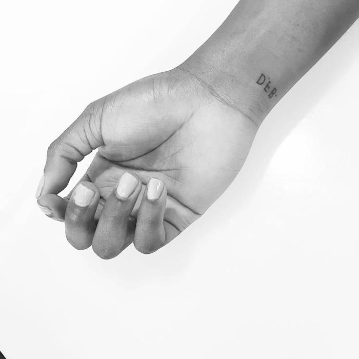 diseños de tatuajes en la muñeca minimalistas, pequeños tatuajes simbólicos para hombres y mujeres