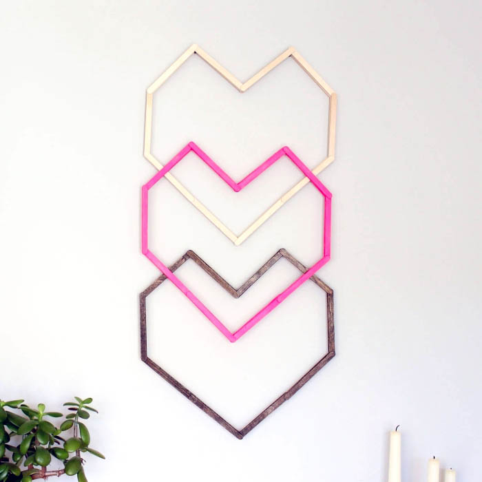 tres corazones de madera pintados en diferentes colores para decorar la pared, decoracion pared habitacion
