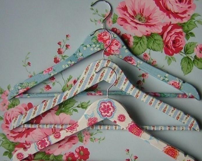 perchas decoradas a mano en colores pasteles con motivos florales, ejemplos de manualidades faciles para regalar para el dia de la madre
