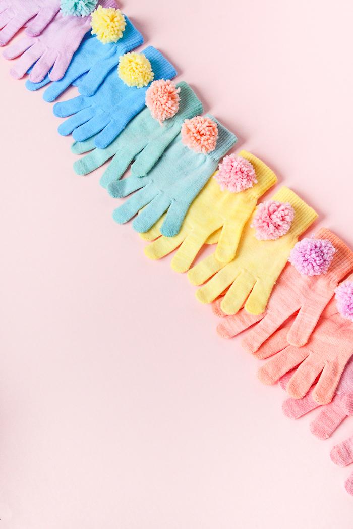 guantes coloridos en colores pastel con pompones DIY, ideas regalos originales en imagines