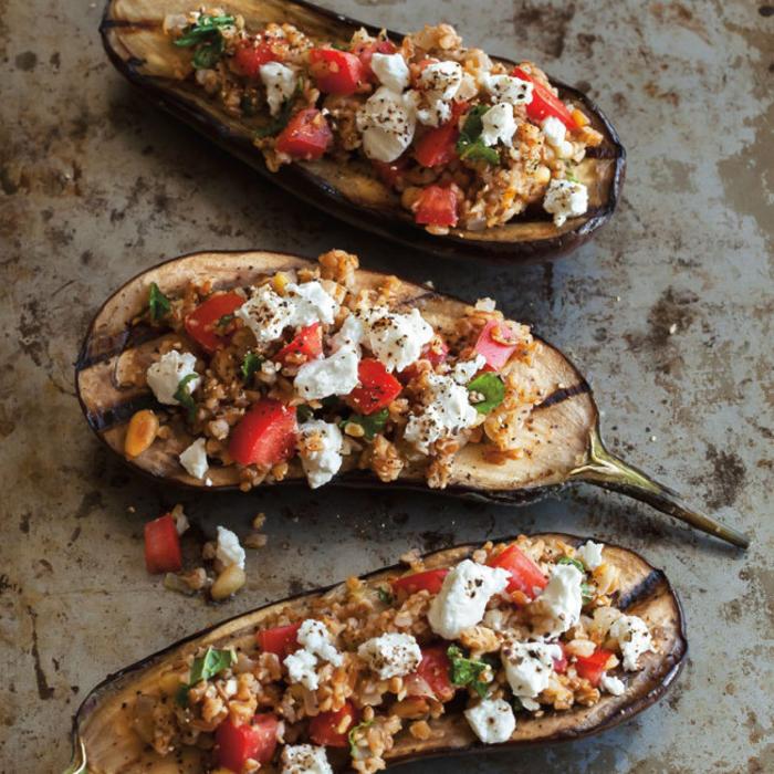 canapes vegetarianos ricos y fáciles de hacer, berenjenas con quesos, tomates y verduras